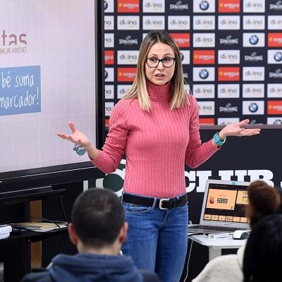 Mireia Marín, ofreciendo la charla de nutrición deportiva / David Grau
