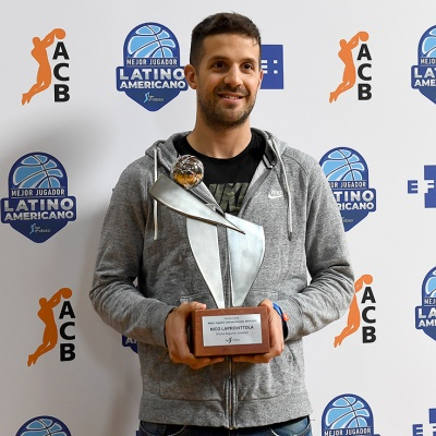 Nico Laprovittola, amb el premi al Millor Jugador Llatinoamericà - Trofeu EFE / Foto: David Grau