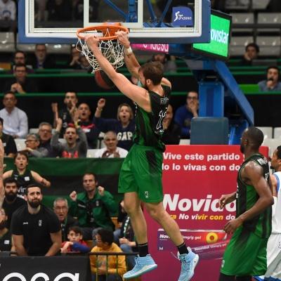 Marcos Delía esmaixa contra el San Pablo Burgos / Foto: David Grau