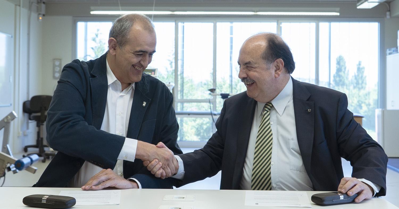 Encaje de manos entre el presidente del Club Joventut Badalona, Juan Antonio Morales, i el rector de la UVic-UCCi, Josep-Eladi Baños