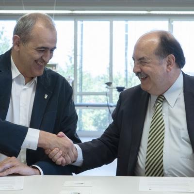 Encaixada de mans entre el president del Club Joventut Badalona, Juan Antonio Morales, i el rector de la UVic-UCCi, Josep-Eladi Baños