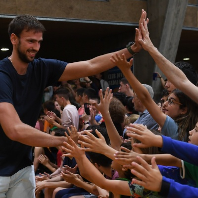 Marcos Delía choca la mano con los aficionados / Foto: David Grau