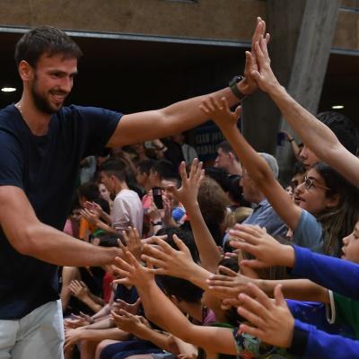 Marcos Delía xoca la mà amb els aficionats / Foto: David Grau