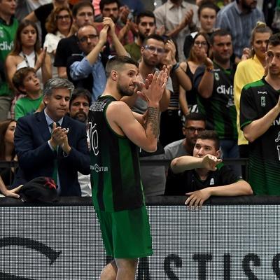 Nico Laprovittola saluda a la afición verdinegra / Foto: David Grau