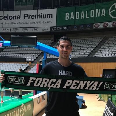 Nikos Zisis, en el Olímpic con la bufanda de