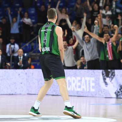 Joel Parra celebra un triple contra el Tofas Bursa