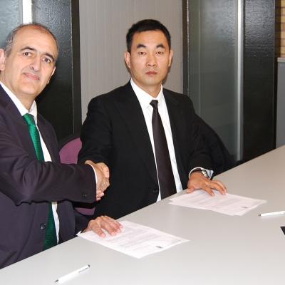 Firma del acuerdo entre Juanan Morales y D. Zhen Zhang