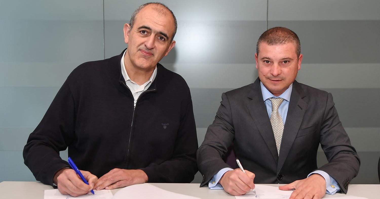 Signatura del contracte entre el president del CJB, Juanan Morales, i el director del GRUPO PACC Barcelona, Francesc Plaza