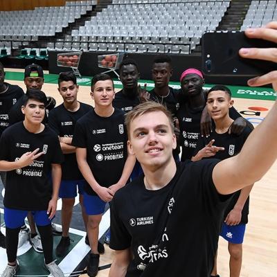 Selfie d'Arturs Zagars amb els participants del One Team / Foto: David Grau
