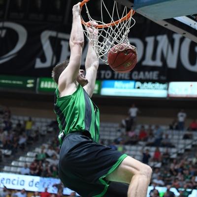 Conor Morgan esmaixa contra el Brescia Leonessa / Foto: David Grau