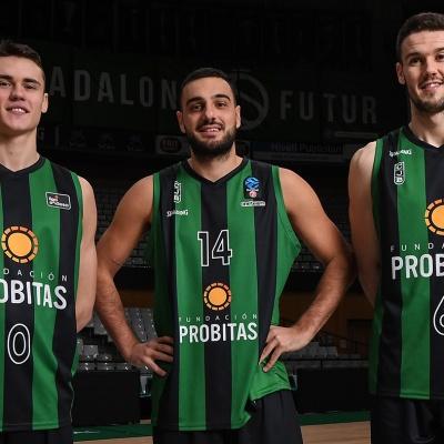 Neno Dimitrijevic, Albert Ventura y Xabi López-Arostegui, con la camiseta con Fundación Probitas / Foto: David Grau