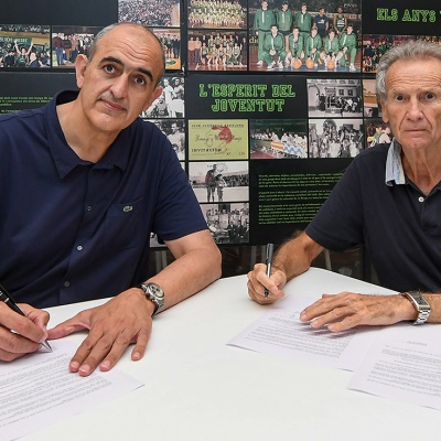 Signatura de l'acord entre el president del Club Joventut Badalona, Juanan Morales, i el president del CB Prat, Arseni Conde