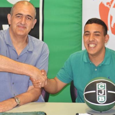 Encaixada de mans entre el president Juan Antonio Morales i Hamza Driouich