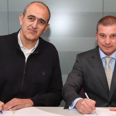 Firma de contrato entre el presidente del CJB, Juanan Morales, y el director del GRUPO PACC Barcelona, Francesc Plaza